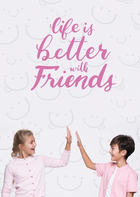 Жизнь лучше с друзьями макет мальчика и девочки Бесплатные Psd