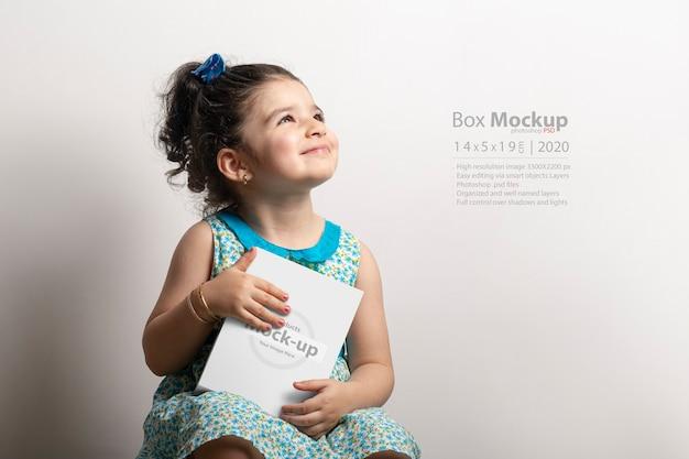 손에 작은 선물 상자를 들고 어린 소녀 프리미엄 PSD 파일