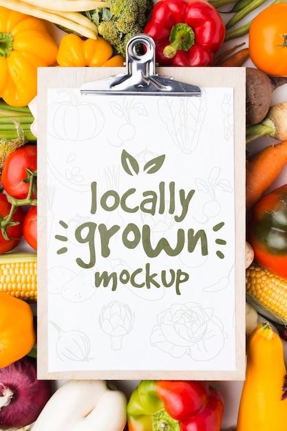 クリップボードに地元産の野菜のモックアップ 無料 Psd