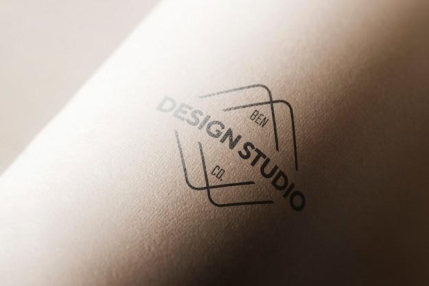 Макет логотипа в изогнутой бумаге Бесплатные Psd