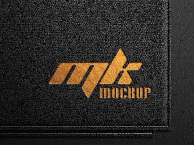 Мокап логотипа на черной коже с тисненым золотым принтом Premium Psd