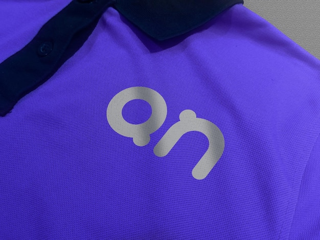 Мокап логотипа на футболке-поло, вид спереди Premium Psd