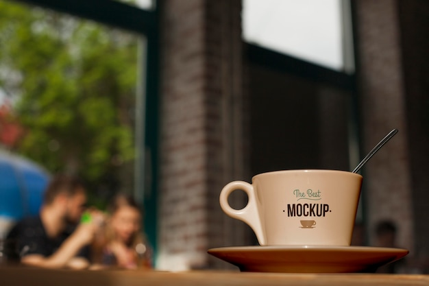 접시에 낮은 각도 커피 컵 프리미엄 PSD 파일