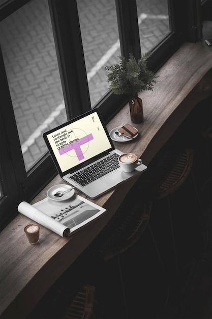 カフェモックアップのmacbook pro Premium Psd