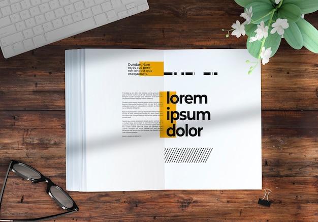 데코 요소가있는 데스크탑 모형의 잡지 프리미엄 PSD 파일