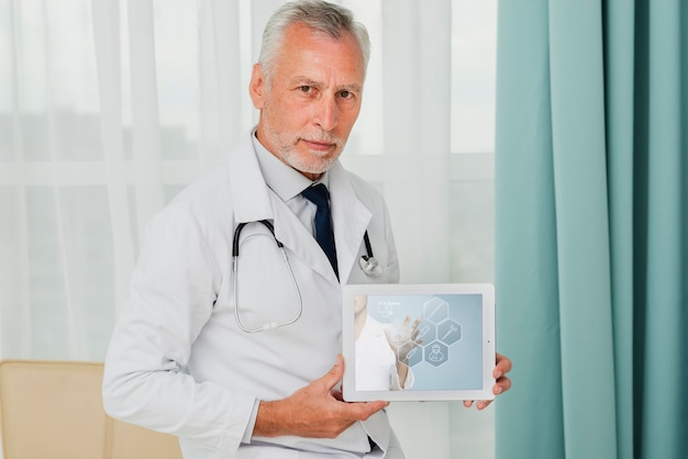 Male doctor holding a tablet Free Psd