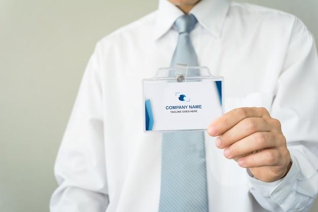 Мужчина держит удостоверение личности макет Premium Psd