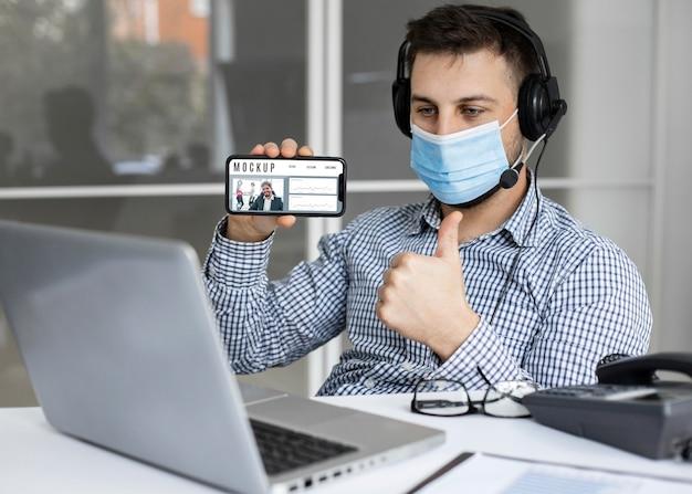 Man holding a smartphone mock-up Premium Psd