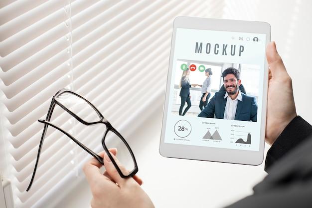 Man holding a tablet mock-up Premium Psd