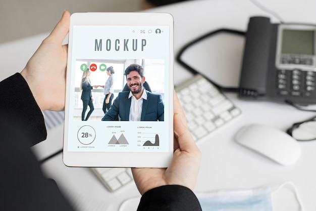 Man holding a tablet mock-up Free Psd