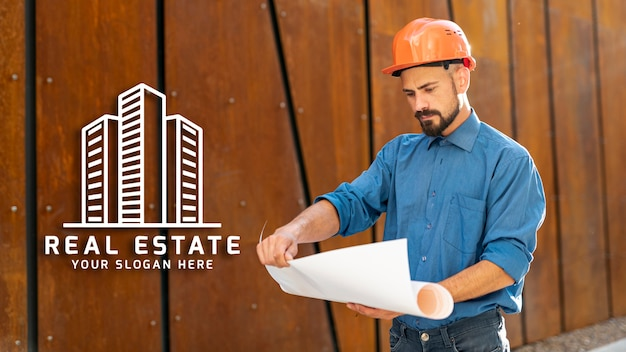 Man looking at plans with hard hat Free Psd