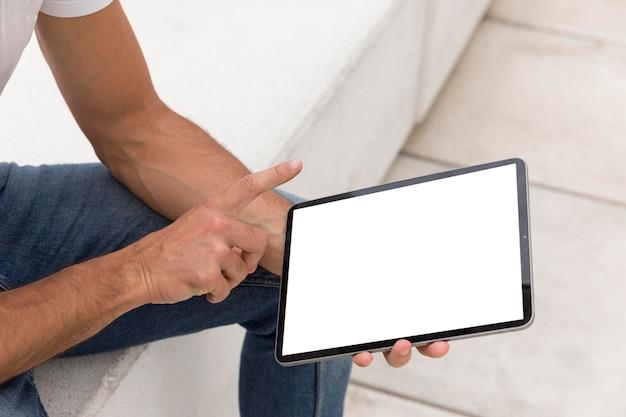 オンラインでタブレットを読んでいる通りの男 無料 Psd