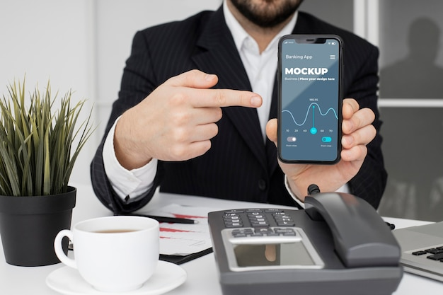 Man pointing to a smartphone mock-up Premium Psd