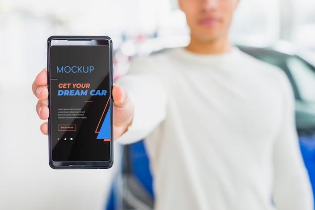 車をオンラインで販売する男性デジタルモックアップ 無料 Psd