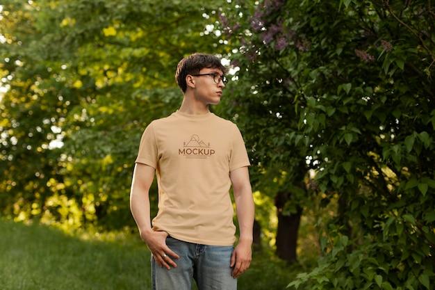 Man wearing a mock-up t-shirt Free Psd