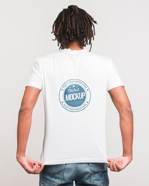 Man wearing t-shirt mockup Free Psd