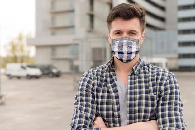 Человек с тканевой маской на лице Бесплатные Psd