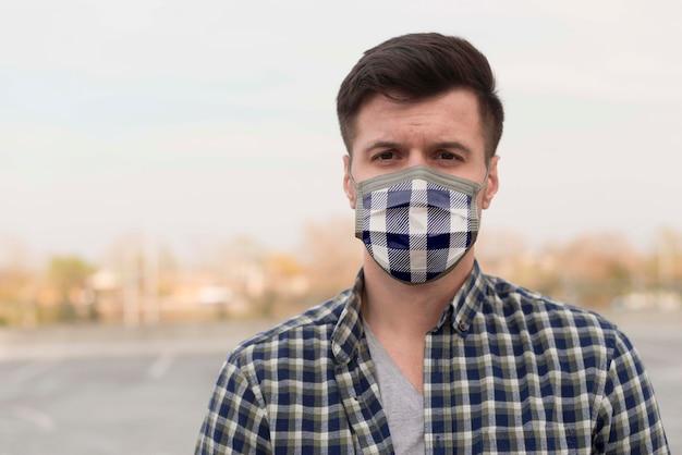 Человек с тканевой маской на лице Premium Psd
