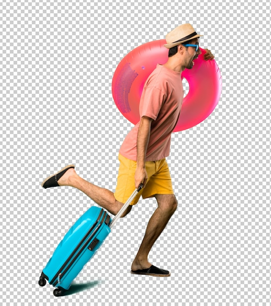Man with hat and sunglasses on his summer vacation running fast Premium Psd
