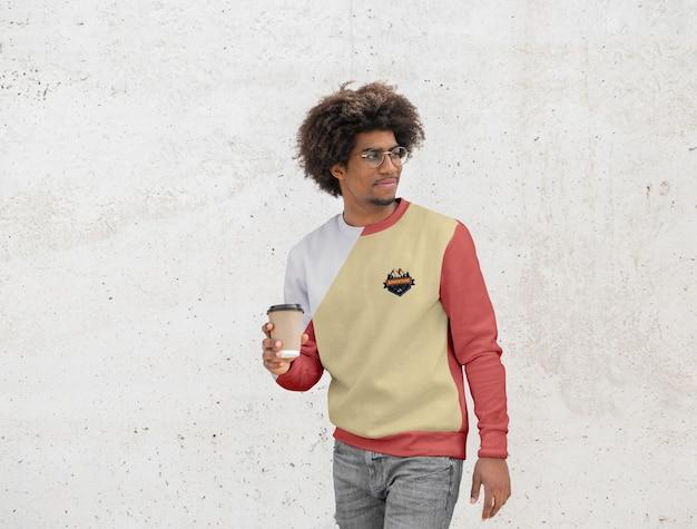 Uomo con felpa con cappuccio, bere il caffè Psd Gratuite