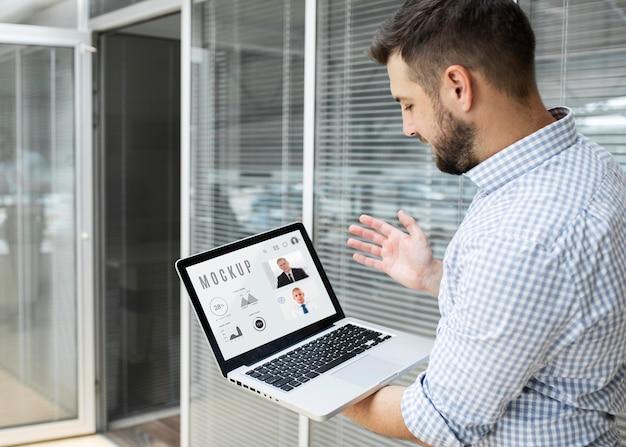 Человек, работающий над макетом своего ноутбука Бесплатные Psd