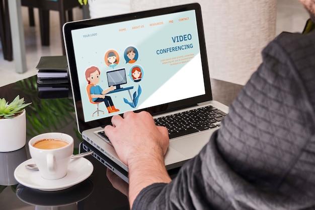 노트북 개념에서 일하는 남자 무료 PSD 파일