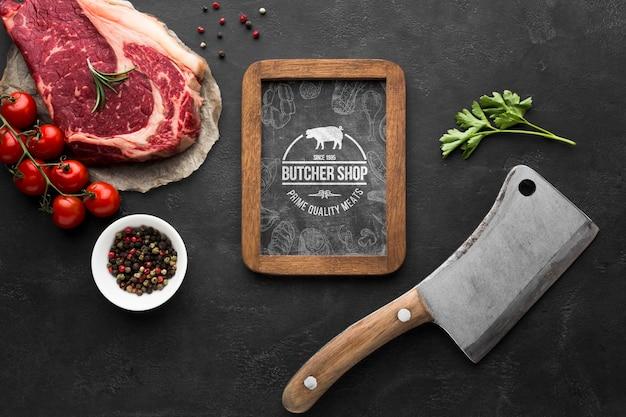 Мясные продукты с макетом на доске Бесплатные Psd