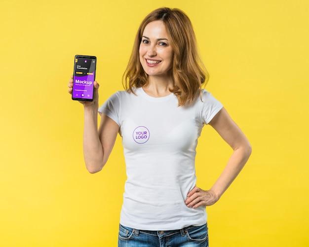 Средний снимок женщины, держащей мобильный телефон Бесплатные Psd
