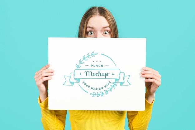 편지지 모형 카드를 들고 여자의 중간 샷 무료 PSD 파일