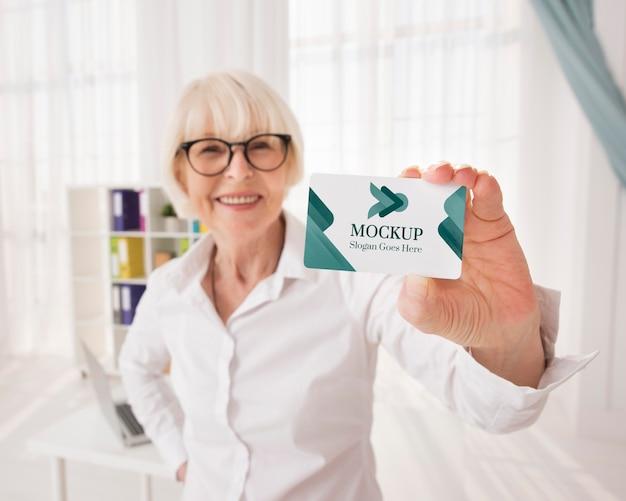 ミディアムショットの女性保持カード 無料 Psd