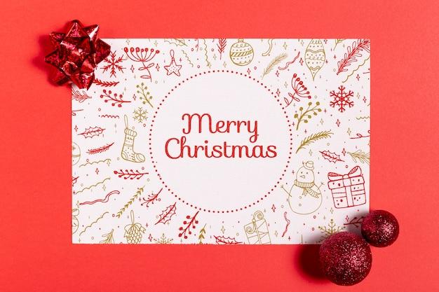 Carta mock-up di buon natale con palline e fiocchi Psd Gratuite