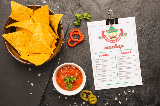 Menu messicano accanto a tortilla chips e salsa Psd Gratuite