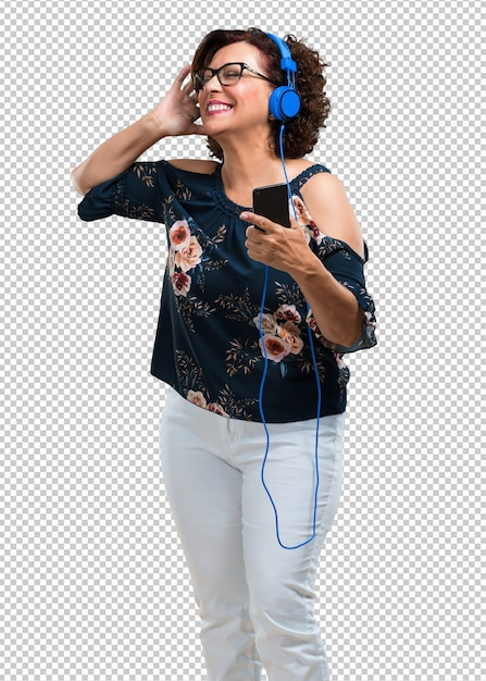 Middle aged woman happy and fun, listening to music, modern headphones, happy feeling the sound and rhythm Premium Psd