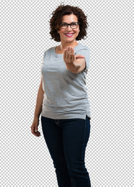 Middle aged woman inviting to come, confident and smiling making a gesture with hand, being positive and friendly Premium Psd