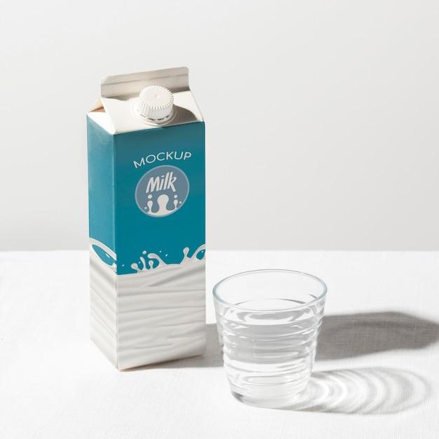 牛乳瓶のコンセプトのモックアップ 無料 Psd