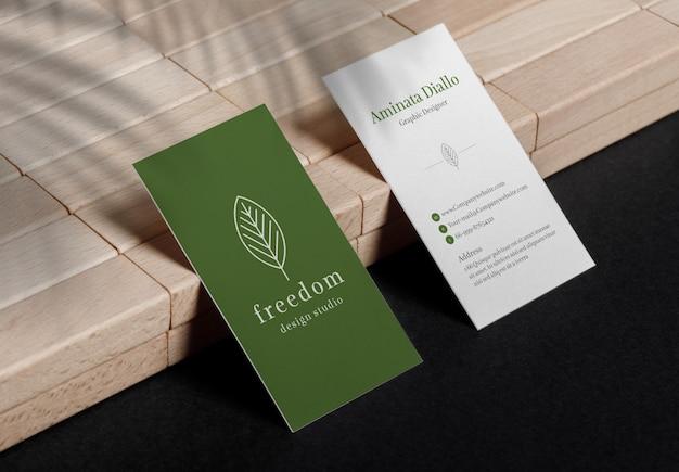 木製のブロックの上に座って最小限の名刺のモックアップ Premium Psd