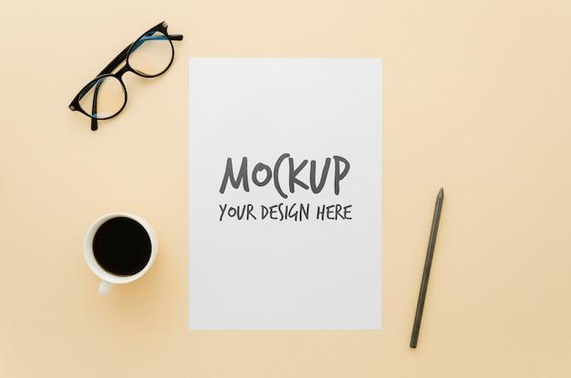 커피 한잔과 함께 미니멀리스트 모형 아이디어 무료 PSD 파일