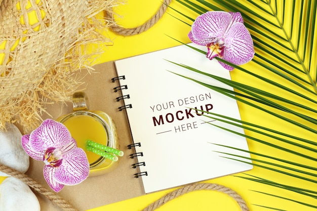 Mock notes with palm leaves and flowers Premium Psd