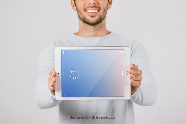Макет дизайн с человеком, холдинг горизонтальный планшет Бесплатные Psd