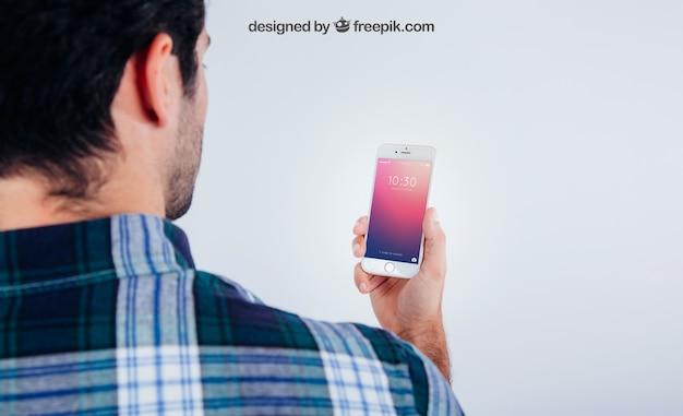 Макет дизайна с молодым парнем со смартфоном Бесплатные Psd