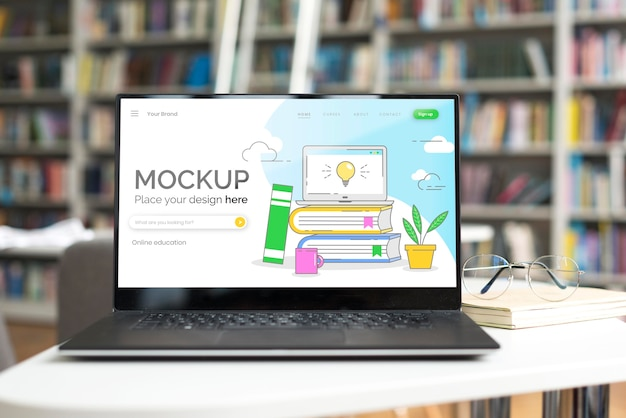 Макет ноутбука на столе в библиотеке Бесплатные Psd