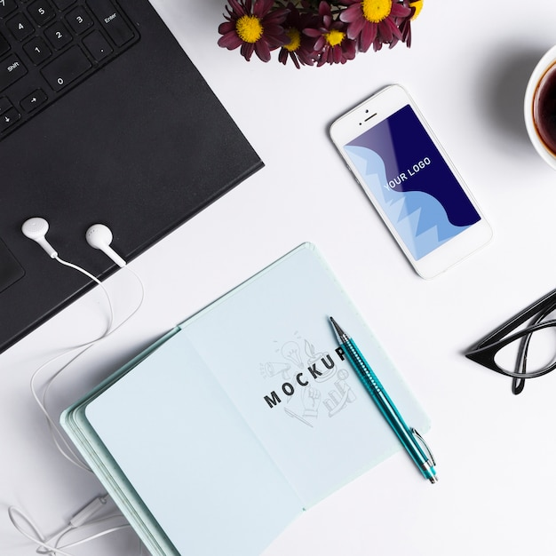 Mock-up modern technology gadges on office Free Psd