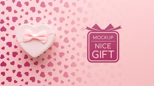 Макет симпатичного подарка с подарочной коробкой в форме сердца Бесплатные Psd
