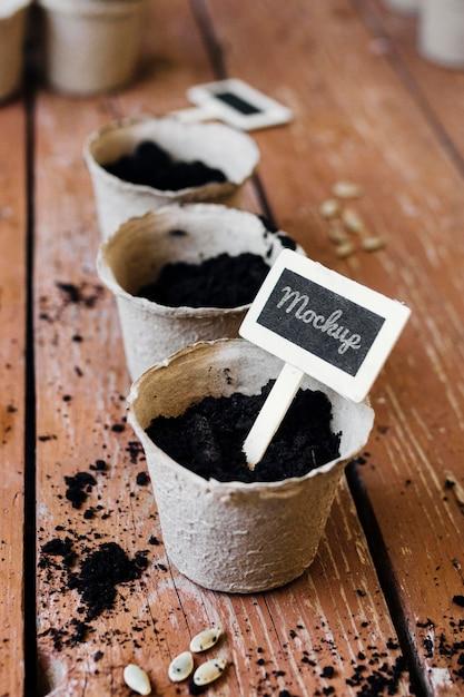 土の高い景色で満たされたモックアップ植木鉢 無料 Psd