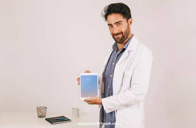 Макет с врачом холдинг таблетка Бесплатные Psd