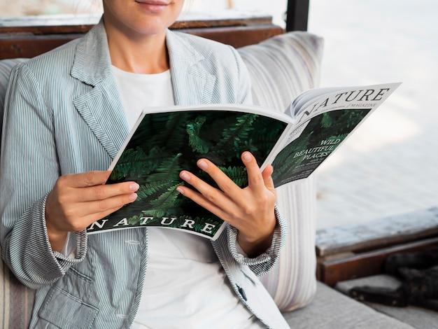 Макет женщина читает журнал о природе Бесплатные Psd