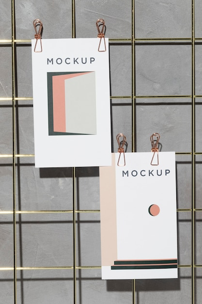 Mockup cards hanging on grid memo board with clips Premium Psd