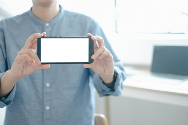 Mockup of engineers showing smartphone design building project in office Premium Psd
