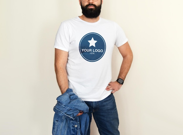デニムの衣装で白いtシャツの男性のモックアップ Premium Psd