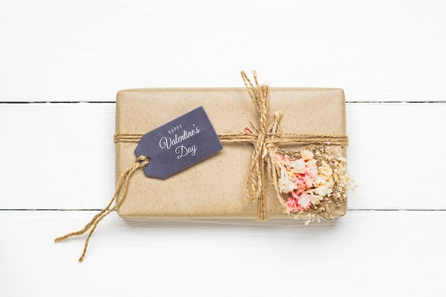 Mockup gift tag and kraft gift boxe for valentine's day concept. Premium Psd